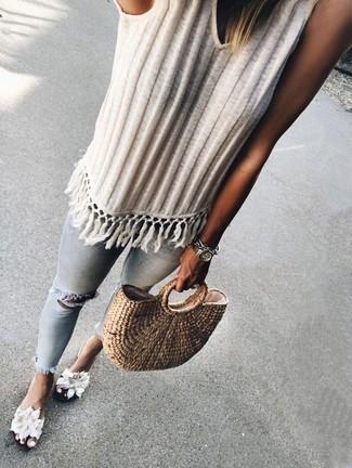 Wie kombinieren: weißes Strick Trägershirt, hellblaue enge Jeans mit Destroyed-Effekten, weiße flache Sandalen aus Segeltuch mit Blumenmuster, beige Shopper Tasche aus Stroh