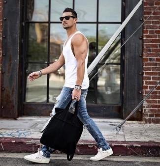 Wie kombinieren: weißes Trägershirt, blaue enge Jeans mit Destroyed-Effekten, weiße niedrige Sneakers, schwarze Shopper Tasche aus Segeltuch