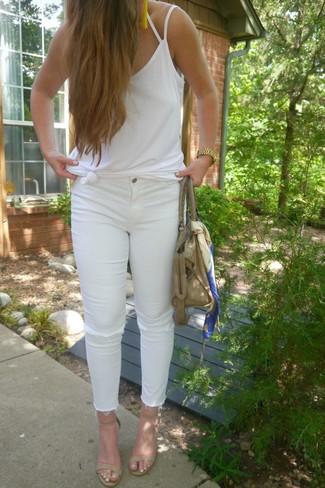 Wie kombinieren: weißes Trägershirt, weiße enge Jeans mit Destroyed-Effekten, hellbeige Leder Sandaletten, hellbeige Shopper Tasche aus Leder