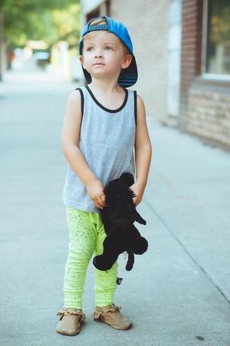 Wie kombinieren: graues Trägershirt, gelbgrüne Jogginghose, braune Chukka-Stiefel, türkise Baseballkappe