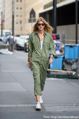 graues Trägershirt, olivgrüner Jumpsuit, weiße hohe Sneakers aus Segeltuch, schwarze Sonnenbrille für Damen