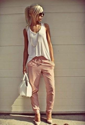 Wie kombinieren: weißes Trägershirt, rosa Jogginghose, weiße Leder Pumps, weiße Lederhandtasche