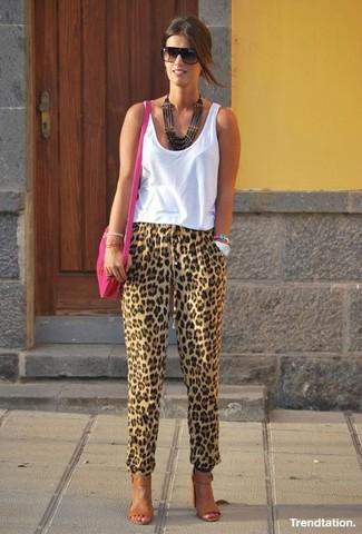 Wie kombinieren: weißes Trägershirt, beige Karottenhose mit Leopardenmuster, braune Leder Sandaletten, fuchsia Leder Umhängetasche