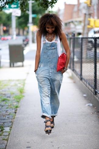 Wie kombinieren: weißes Trägershirt, hellblaue Jeans Latzhose, schwarze Leder Sandaletten, rote Leder Clutch