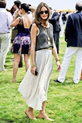 Olivia Palermo trägt Schwarzes Trägershirt, Weißer Falten Maxirock, Beige Leder Ballerinas, Goldenes Armband