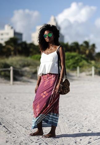 Grüne Sonnenbrille kombinieren – 89 Damen Outfits: Probieren Sie die Paarung aus einem weißen Trägershirt mit Rüschen und einer grünen Sonnenbrille für ein Outfit, das super fürs Wochenende geeignet ist.