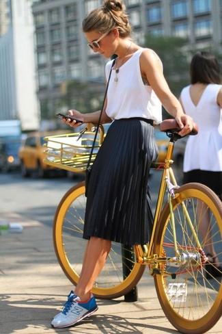 Entscheiden Sie sich für ein weißes Trägershirt und einen schwarzen Falten Midirock, um einen schicken, glamurösen Outfit zu schaffen. Wählen Sie die legere Option mit weißen und blauen niedrigen Sneakers.