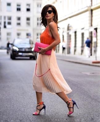 Wie kombinieren: orange Seide Trägershirt, orange Midirock aus Chiffon mit Falten, mehrfarbige Leder Sandaletten, fuchsia Leder Umhängetasche