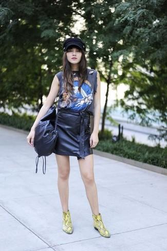 Ein schwarzes bedrucktes Trägershirt und ein schwarzer Leder Minirock sind eine ideale Outfit-Formel für Ihre Sammlung. Komplettieren Sie Ihr Outfit mit gelben Leder Stiefeletten mit Schlangenmuster, um Ihr Modebewusstsein zu zeigen.