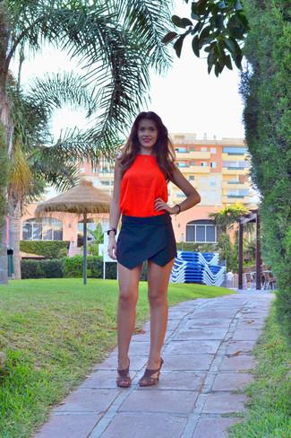Wie kombinieren: orange Seide Trägershirt, schwarzer Minirock, braune Wildleder Sandaletten, schwarze und goldene Uhr