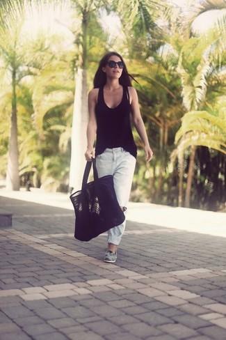 Wie kombinieren: schwarzes Trägershirt, weiße Boyfriend Jeans mit Destroyed-Effekten, graue Wildleder Slipper, schwarze Shopper Tasche aus Wildleder