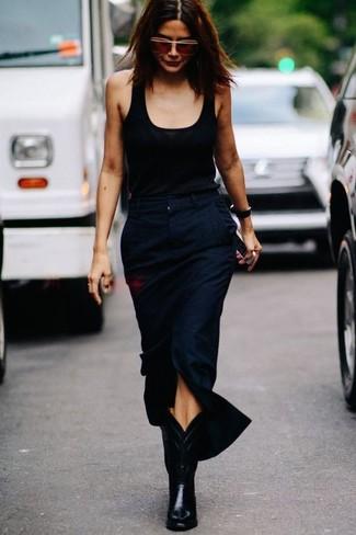 Schwarzes Trägershirt kombinieren: trends 2020: Um einen entspannten Look zu kreieren, vereinigen Sie ein schwarzes Trägershirt mit einem dunkelblauen Midirock mit Schlitz. Fühlen Sie sich mutig? Ergänzen Sie Ihr Outfit mit schwarzen Cowboystiefeln aus Leder.