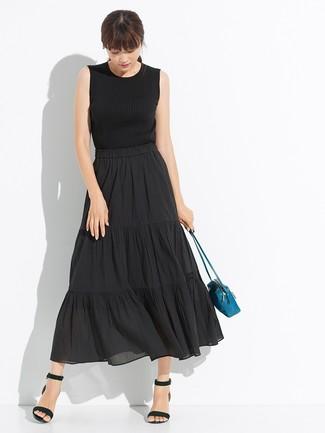 Smart-Casual Outfits Damen 2020: Möchten Sie ein lässiges Outfit erzielen, ist diese Paarung aus einem schwarzen Strick Trägershirt und einem schwarzen Falten Midirock Ihre Wahl. Komplettieren Sie Ihr Outfit mit schwarzen Leder Sandaletten.