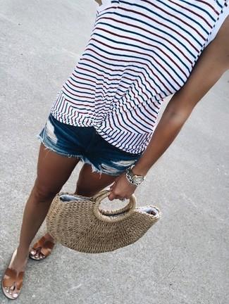 Wie kombinieren: weißes horizontal gestreiftes Trägershirt, blaue Jeansshorts mit Destroyed-Effekten, braune flache Sandalen aus Leder, beige Shopper Tasche aus Stroh