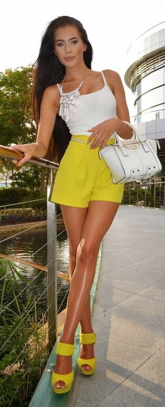 Wie kombinieren: weißes Trägershirt, gelbe Shorts, gelbe Wildleder Sandaletten, weiße Satchel-Tasche aus Leder