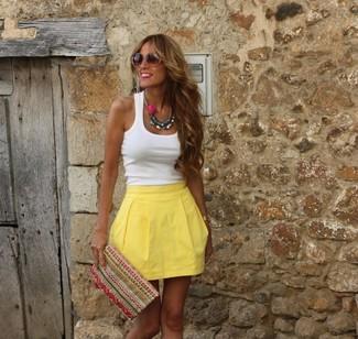 Wie kombinieren: weißes Trägershirt, gelber Skaterrock, mehrfarbige bestickte Clutch, braune Sonnenbrille