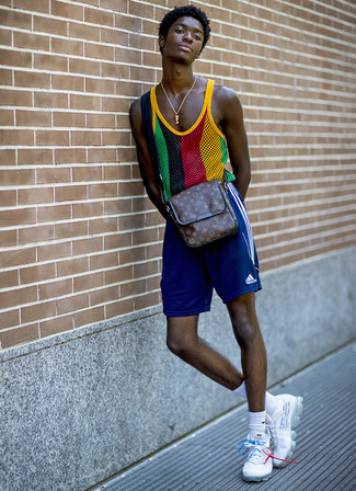 Wie kombinieren: mehrfarbiges Trägershirt aus Netzstoff, blaue Sportshorts, weiße Sportschuhe, dunkelbraune bedruckte Leder Umhängetasche