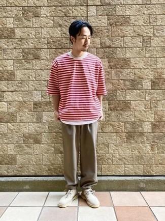 Weißes und rotes horizontal gestreiftes T-Shirt mit einem Rundhalsausschnitt kombinieren – 500+ Herren Outfits: Kombinieren Sie ein weißes und rotes horizontal gestreiftes T-Shirt mit einem Rundhalsausschnitt mit einer beige Chinohose für ein bequemes Outfit, das außerdem gut zusammen passt. Fügen Sie hellbeige Chukka-Stiefel aus Wildleder für ein unmittelbares Style-Upgrade zu Ihrem Look hinzu.