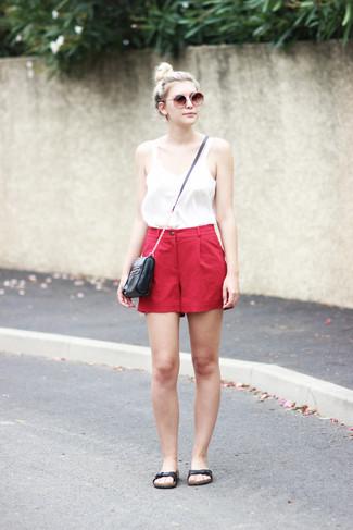 Dunkelrote Shorts kombinieren – 10 Damen Outfits heiß Wetter: Probieren Sie die Kombination aus einem weißen Trägershirt und dunkelroten Shorts, um einen stilsicheren Casual-Look zu erhalten. Wenn Sie nicht durch und durch formal auftreten möchten, wählen Sie schwarzen flache Sandalen aus Leder.