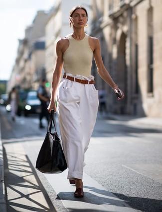 Wie kombinieren: hellbeige Trägershirt, weiße weite Hose aus Jeans, dunkelrote Leder Pantoletten, schwarze Shopper Tasche aus Leder