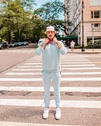 Fischerhut kombinieren – 437 Herren Outfits: Ein hellblauer Trainingsanzug und ein Fischerhut sind eine großartige Outfit-Formel für Ihre Sammlung. Fühlen Sie sich ideenreich? Komplettieren Sie Ihr Outfit mit weißen Segeltuch niedrigen Sneakers.