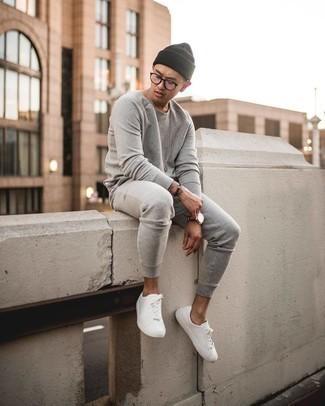 Transparente Sonnenbrille kombinieren – 500+ Herren Outfits: Ein grauer Trainingsanzug und eine transparente Sonnenbrille sind eine perfekte Wochenend-Kombination. Fühlen Sie sich mutig? Vervollständigen Sie Ihr Outfit mit weißen Segeltuch niedrigen Sneakers.
