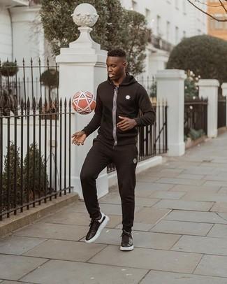 Trainingsanzug kombinieren – 37 Herren Outfits: Ein Trainingsanzug vermitteln eine sorglose und entspannte Atmosphäre. Fühlen Sie sich ideenreich? Vervollständigen Sie Ihr Outfit mit schwarzen und weißen Leder niedrigen Sneakers.