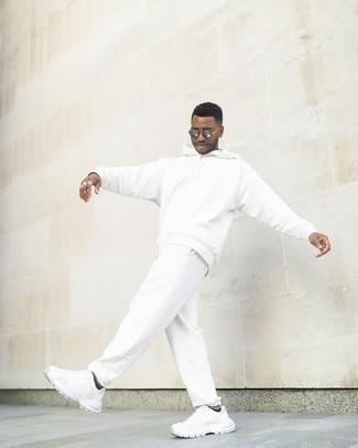 Silberne Sonnenbrille kombinieren – 847+ Herren Outfits: Für ein bequemes Couch-Outfit, erwägen Sie das Tragen von einem weißen Trainingsanzug und einer silbernen Sonnenbrille. Komplettieren Sie Ihr Outfit mit weißen Sportschuhen, um Ihr Modebewusstsein zu zeigen.