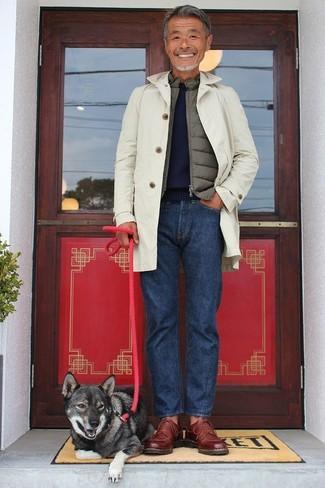 Wie kombinieren: hellbeige Trenchcoat, olivgrüne ärmellose Jacke, dunkelblauer Pullover mit einem Rundhalsausschnitt, dunkelblaue Jeans