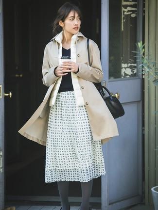 Wie kombinieren: beige Trenchcoat, weiße ärmellose Jacke, schwarzer Pullover mit einem V-Ausschnitt, weißer und schwarzer ausgestellter Rock mit Karomuster