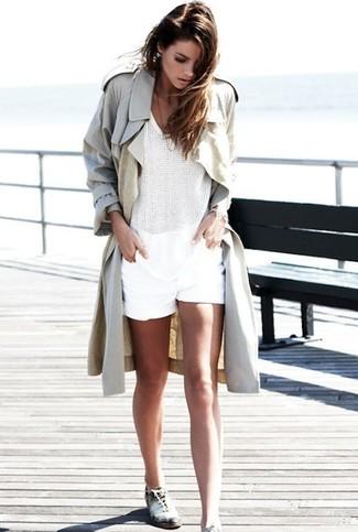 Wie kombinieren: hellbeige Trenchcoat, weißes ärmelloses Oberteil aus Häkel, weiße Shorts, weiße und schwarze Leder Oxford Schuhe