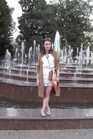 Wie kombinieren: brauner Wildleder Trenchcoat, weißes ärmelloses Oberteil aus Seide, weißer Skaterrock aus Spitze, hellbeige Leder Ballerinas
