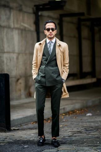 Wie kombinieren: beige Trenchcoat, dunkelgrüner Anzug, weißes Businesshemd, schwarze Leder Slipper