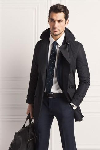 Wie kombinieren: schwarzer Trenchcoat, dunkelblauer Anzug mit Karomuster, weißes Businesshemd, schwarze Leder Reisetasche