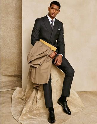 Wie kombinieren: beige Trenchcoat, dunkelgrauer Wollanzug, weißes Businesshemd, schwarze Leder Oxford Schuhe