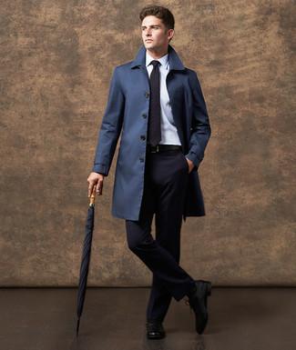 Wie kombinieren: dunkelblauer Trenchcoat, dunkelblauer Anzug, weißes Businesshemd, schwarze Leder Oxford Schuhe
