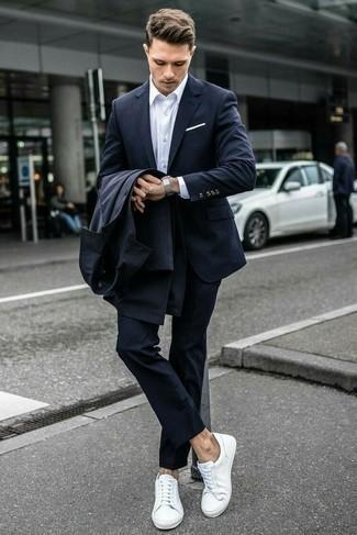 30 Jährige: Weiße Leder niedrige Sneakers kombinieren: elegante Outfits: trends 2020: Vereinigen Sie einen dunkelgrauen Trenchcoat mit einem dunkelblauen Wollanzug für eine klassischen und verfeinerte Silhouette. Weiße Leder niedrige Sneakers verleihen einem klassischen Look eine neue Dimension.