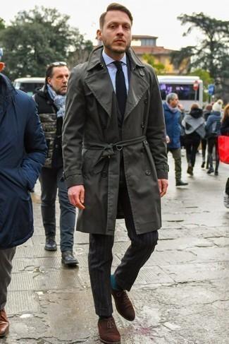 Schwarze Strick Krawatte kombinieren: trends 2020: Kombinieren Sie einen dunkelgrauen Trenchcoat mit einer schwarzen Strick Krawatte für eine klassischen und verfeinerte Silhouette. Komplettieren Sie Ihr Outfit mit dunkelbraunen Wildleder Oxford Schuhen.