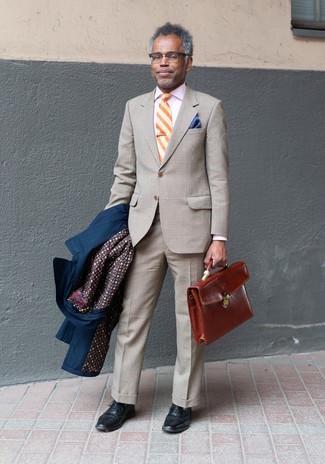 50 Jährige: Outfits Herren 2020: Erwägen Sie das Tragen von einem dunkelblauen Trenchcoat und einem hellbeige Anzug mit Schottenmuster, um vor Klasse und Perfektion zu strotzen.