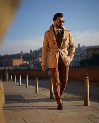 Dunkelbraune Chelsea Boots aus Leder kombinieren – 291 Herren Outfits: Kombinieren Sie einen beige Trenchcoat mit einem braunen Anzug für eine klassischen und verfeinerte Silhouette. Suchen Sie nach leichtem Schuhwerk? Vervollständigen Sie Ihr Outfit mit dunkelbraunen Chelsea Boots aus Leder für den Tag.
