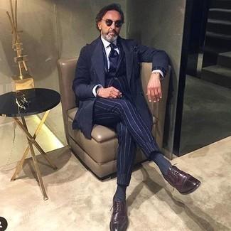 Dunkelblauen Trenchcoat kombinieren – 101 Herren Outfits: Entscheiden Sie sich für einen dunkelblauen Trenchcoat und einen dunkelblauen vertikal gestreiften Anzug, um vor Klasse und Perfektion zu strotzen. Dieses Outfit passt hervorragend zusammen mit dunkelroten Leder Derby Schuhen.