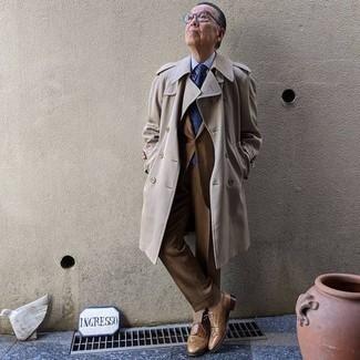 Hellbeige Trenchcoat kombinieren – 332 Herren Outfits: Vereinigen Sie einen hellbeige Trenchcoat mit einem braunen Anzug für eine klassischen und verfeinerte Silhouette. Fühlen Sie sich mutig? Ergänzen Sie Ihr Outfit mit beige Leder Brogues.
