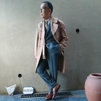 Hellbeige Trenchcoat kombinieren – 332 Herren Outfits: Tragen Sie einen hellbeige Trenchcoat und einen blauen vertikal gestreiften Anzug, um vor Klasse und Perfektion zu strotzen. Wenn Sie nicht durch und durch formal auftreten möchten, vervollständigen Sie Ihr Outfit mit braunen Leder Slippern.