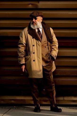 60 Jährige: Outfits Herren 2020: Tragen Sie einen beige Trenchcoat und einen braunen Anzug für eine klassischen und verfeinerte Silhouette. Wenn Sie nicht durch und durch formal auftreten möchten, wählen Sie eine dunkelbraune Wildlederfreizeitstiefel.