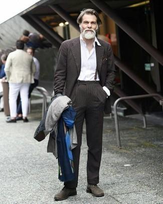 Elegante kühl Wetter Outfits Herren 2020: Paaren Sie einen dunkelblauen Trenchcoat mit einem dunkelbraunen Anzug für eine klassischen und verfeinerte Silhouette.