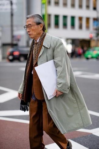 60 Jährige: Transparente Sonnenbrille kombinieren – 500+ Herren Outfits: Kombinieren Sie einen mintgrünen Trenchcoat mit einer transparenten Sonnenbrille für einen entspannten Wochenend-Look.