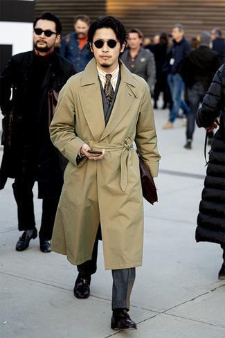 Beige Trenchcoat kombinieren – 427 Herren Outfits: Geben Sie den bestmöglichen Look ab in einem beige Trenchcoat und einem dunkelgrauen Wollanzug. Machen Sie diese Aufmachung leger mit dunkelbraunen Leder Slippern mit Quasten.