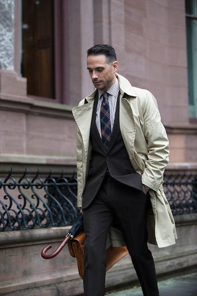 modischer Stil Werksverkauf Volumen groß hellbeige Trenchcoat, schwarzer Anzug, braunes Businesshemd ...