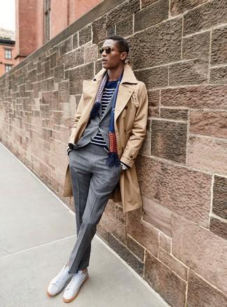 Wie kombinieren: beige Trenchcoat, grauer Anzug mit Karomuster, dunkelblauer und weißer horizontal gestreifter Pullover mit einem Rundhalsausschnitt, weiße Leder niedrige Sneakers