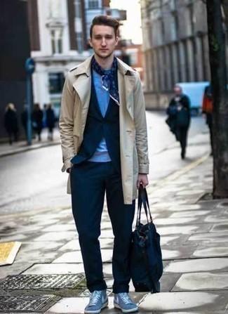 20 Jährige: Dunkelblaue Shopper Tasche aus Segeltuch kombinieren: trends 2020: Für ein bequemes Couch-Outfit, tragen Sie einen hellbeige Trenchcoat und eine dunkelblaue Shopper Tasche aus Segeltuch. Vervollständigen Sie Ihr Look mit hellblauen hohen Sneakers aus Segeltuch.